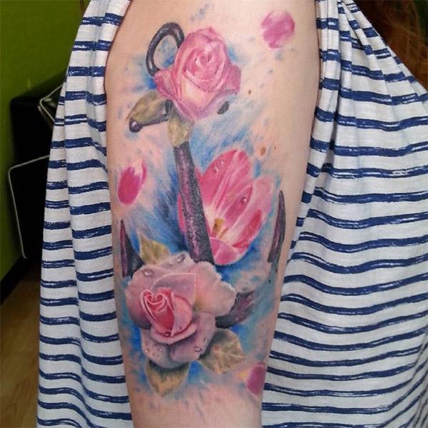 Tatuaggio ancora con rose femminile