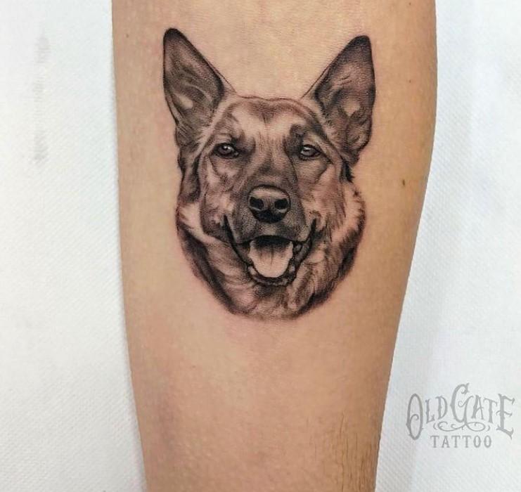 tatuaggio uomo disegno di un cane